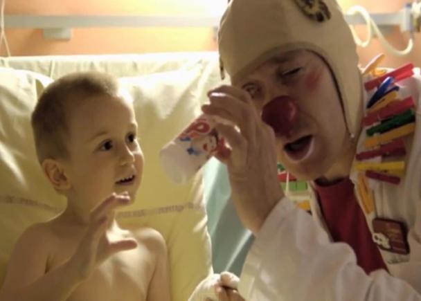 フランスのホスピタルクラウン「笑いのお医者さん」の訪問で、 病院の子どもたちに笑顔を届けたい!