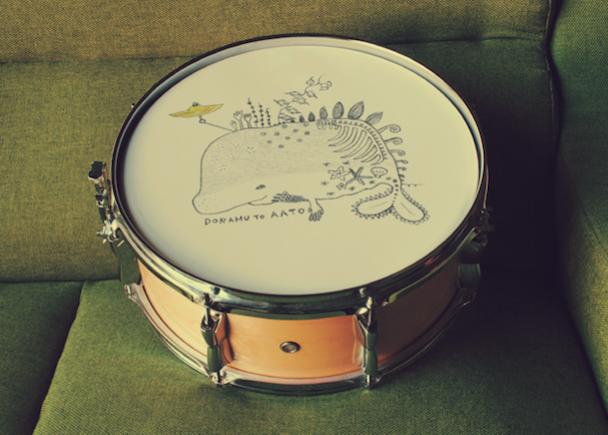 SATOKO半年ぶりの個展!絵の中で音楽を奏でリズムを叩く、ドラムとアートの結晶。