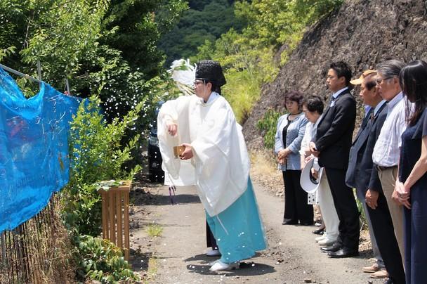 御神園の梅畑をお祓いする神職