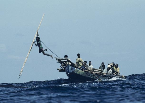 銛一本で巨大なマッコウクジラと闘う、伝説の写真集「海人」の映画化支援
